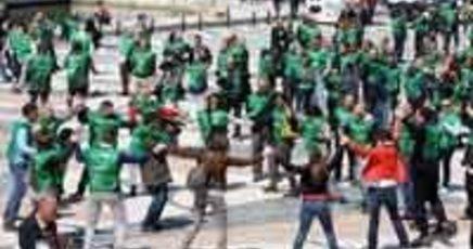 """worwerk folletto 1 - Tra i migliori flashmob realizzati in Europa arriva quello di Vorwerk Folleto con ben 600 italiani che si abbracciano: """"Abbiamo un mondo da pulire"""""""