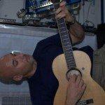chitarra 150x150 - Le foto dallo Spazio di Luca Parmitano, l'astronauta felice di stare lassù