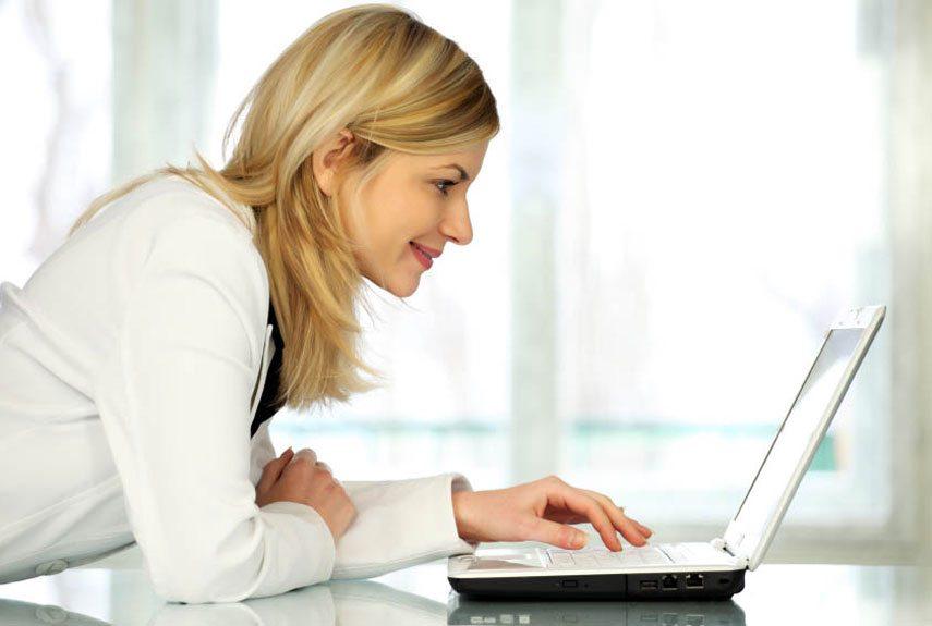 wd 09 pet resolutions woman researching xln - La stagione dell'amore: i buoni motivi per affidarsi aI siti di incontri