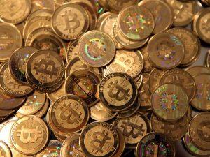 Il Bitcoin sprofonda a 10.000 $, metà del suo prezzo massimo
