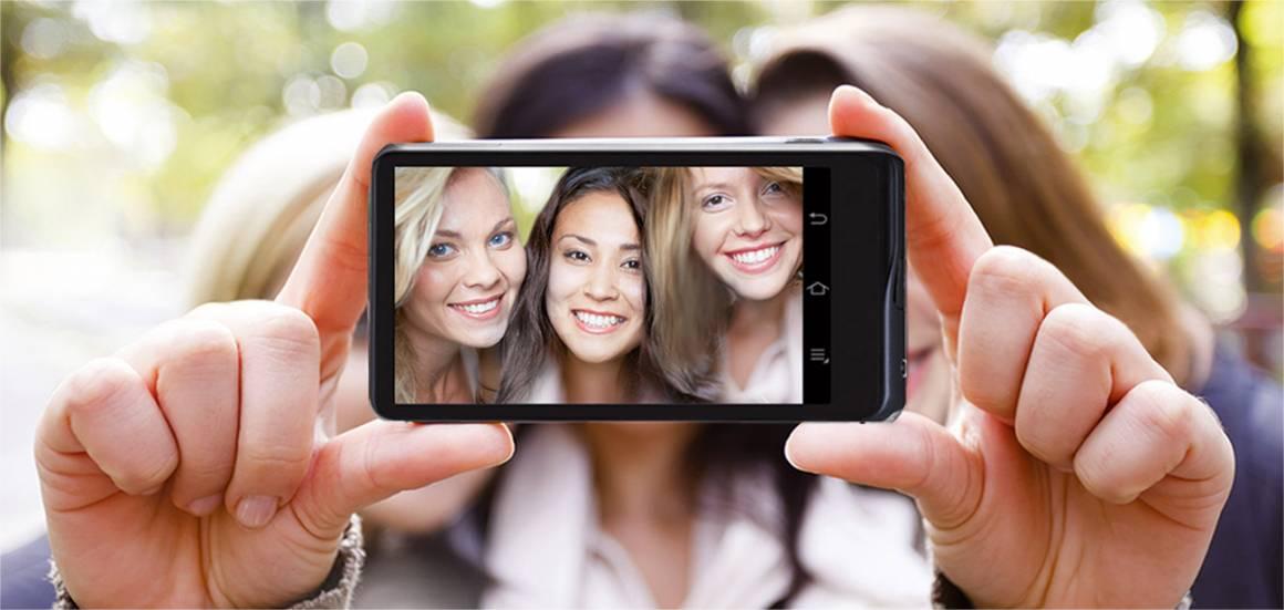 Selfie di gruppo Samsung Galaxy Camera 2 1160x551 - In Italia è selfie-mania: 730 milioni di autoscatti all'anno