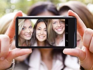 Selfie di gruppo Samsung Galaxy Camera 2 320x240 - Sindrome da #selfie un milione al giorno, secondo Samsung gli italiani sono un popolo di Narcisisti: sei d'accordo o no?