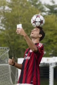 """HUAWEI ASCEND G7 A.C. MILAN 2 200x300 - I calciatori rossoneri si allenano con Huawei Ascend G7 a colpi di """"groufie"""""""