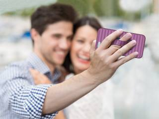 selfie RADIANT ORCHID 320x240 - Scrivere navigare scattare con una sola mano grazie al Guscio Salvatelefono Meliconi