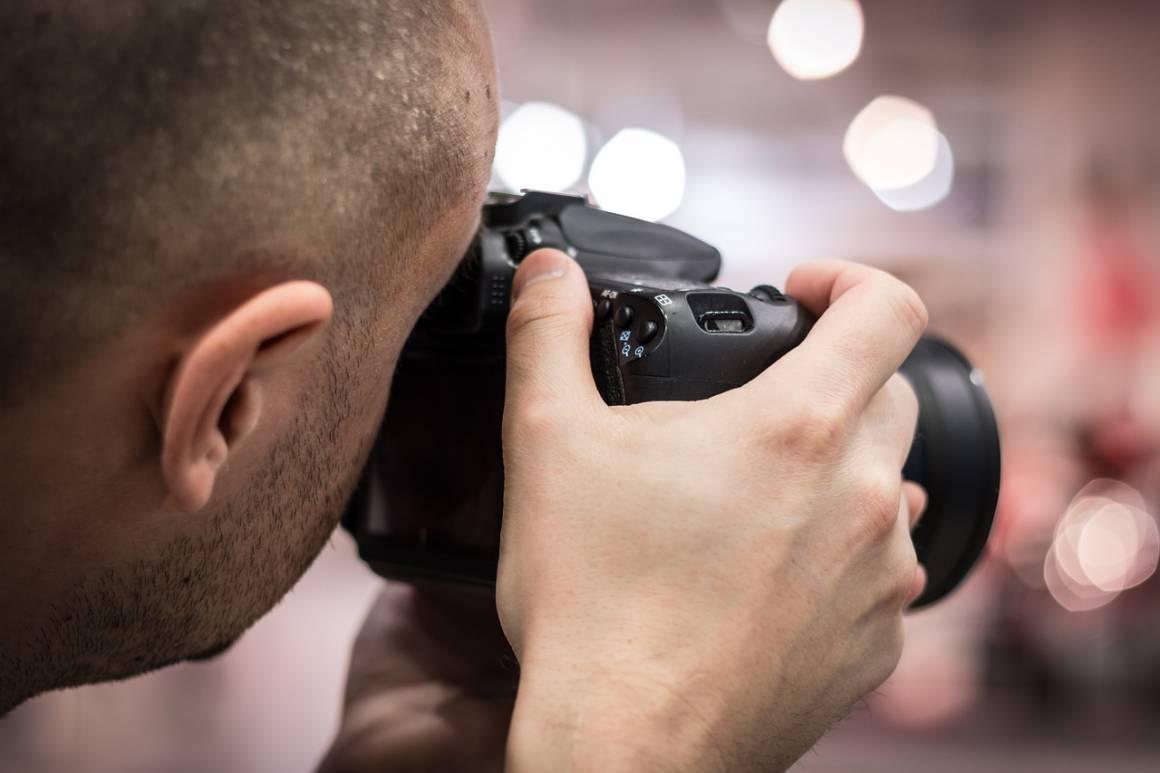 """photographer 424622 1280 1160x773 - Inizia la tua carriera di fotografo con le migliori fotocamere Reflex digitali """"entry level"""""""