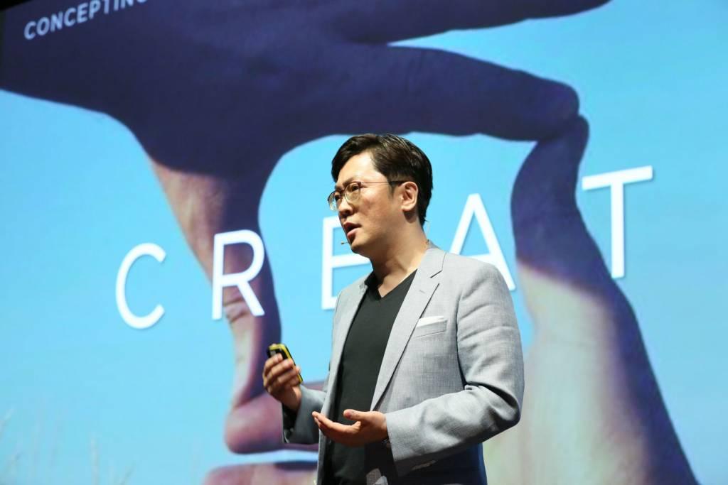 2 Joonsuh Kim talks about the design of the new Huawei P8 1024x683 - Huawei lancia P8, lo smartphone rivoluzionario con funzionalità light painting