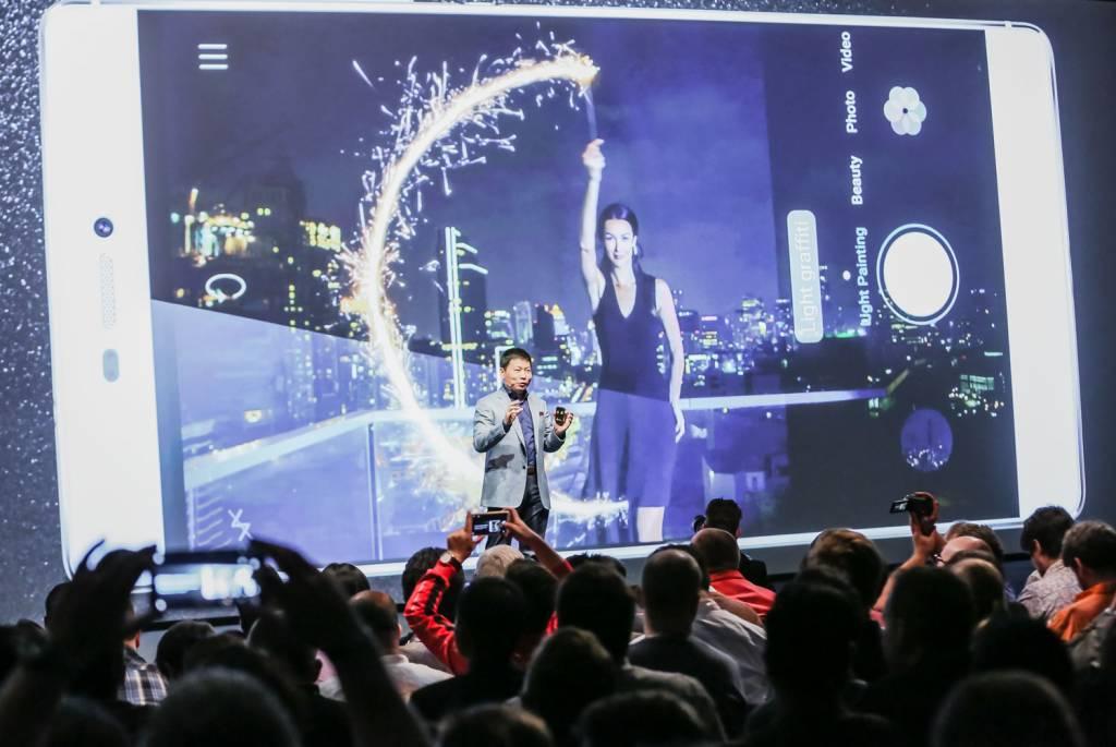 3 Richard Yu Talks about the Light Painting feature on the Huawei P8 1024x685 - Huawei lancia P8, lo smartphone rivoluzionario con funzionalità light painting