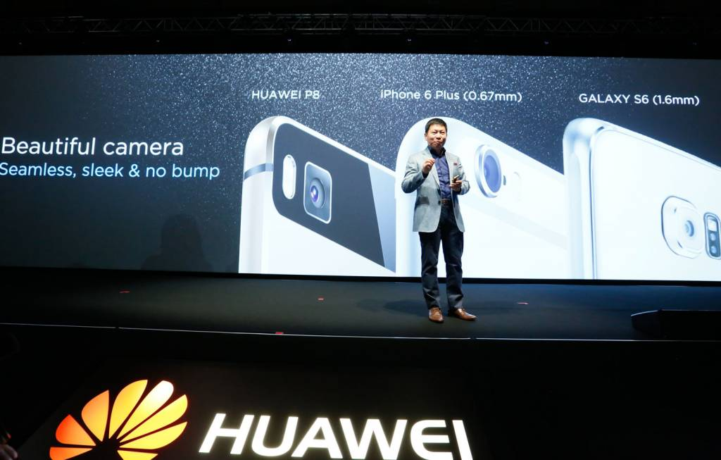 5 Richard Yu presenting on stage in London 1024x653 - Huawei lancia P8, lo smartphone rivoluzionario con funzionalità light painting
