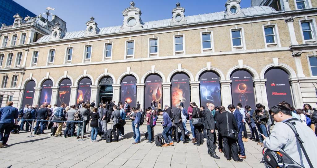 9 Crowds gather at the Huawei P8 Launch 1024x545 - Huawei lancia P8, lo smartphone rivoluzionario con funzionalità light painting