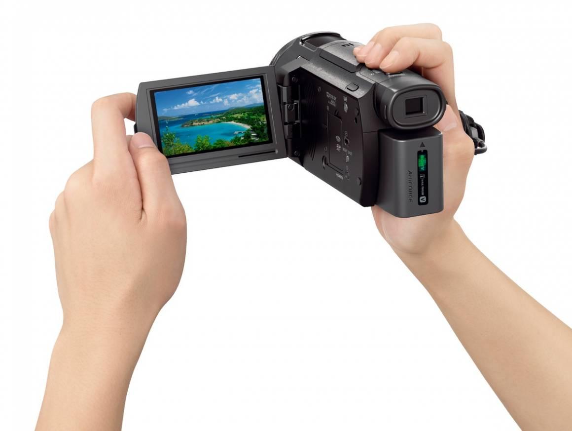 AX33 hand1 1200 1160x873 - Sony amplia la gamma di Handycam 4K con la nuova  videocamera FDR-AX33