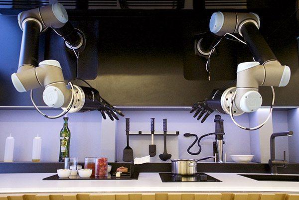 ChefRobot - Il Robot Flippy assunto in un fast food in California. Fa hamburger e frigge patatine