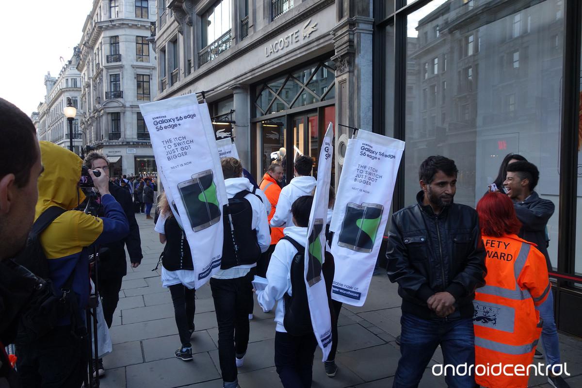 iphone samsung launch london 2 - Samsung attacca gli utenti in coda per iPhone 6S all'Apple Store di Londra