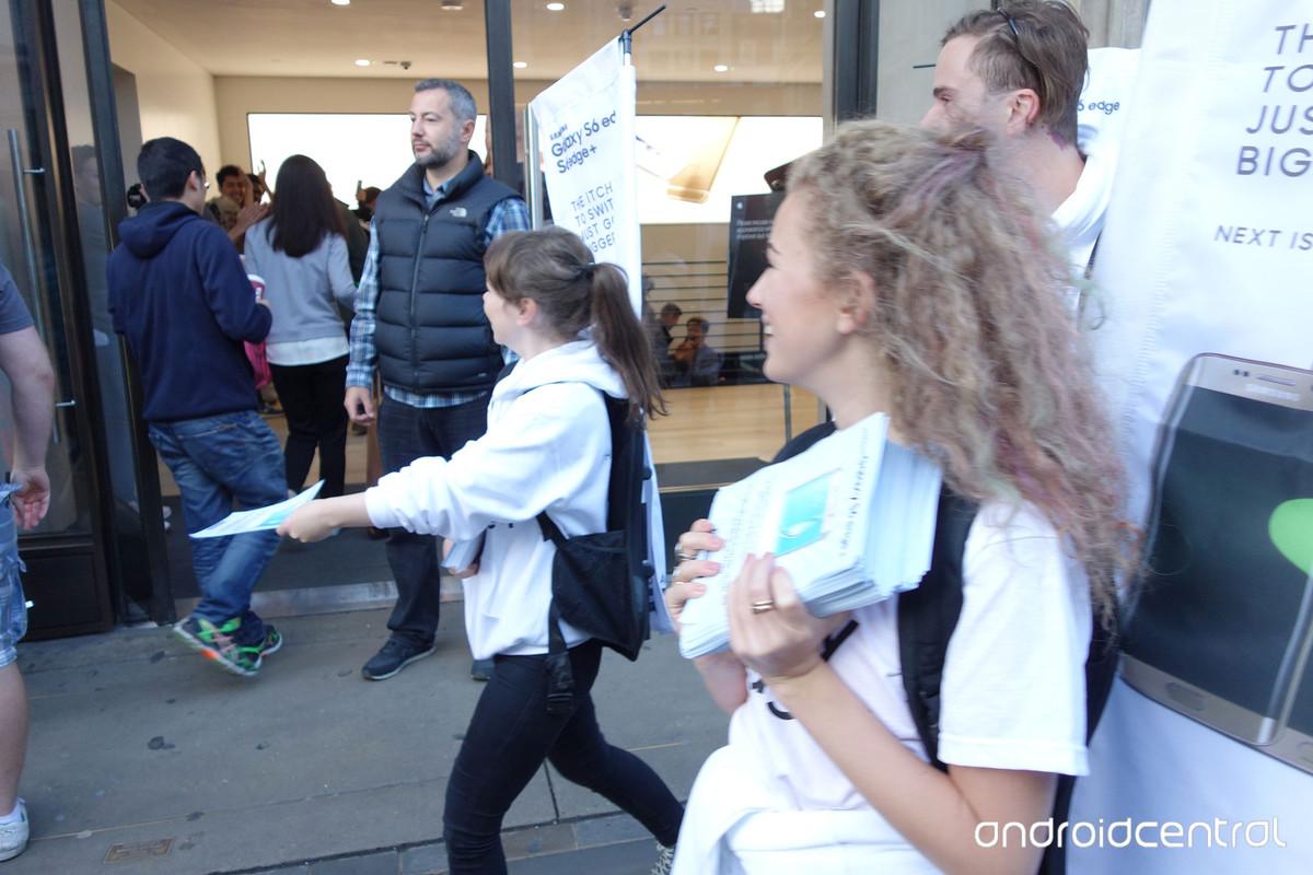 iphone samsung launch london 21 - Samsung attacca gli utenti in coda per iPhone 6S all'Apple Store di Londra