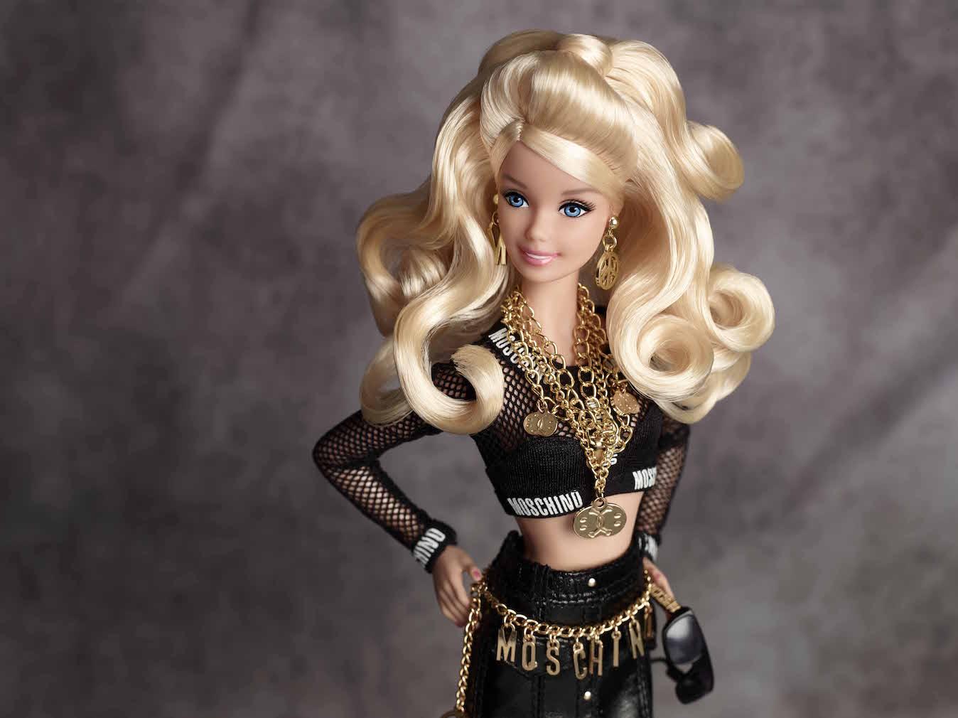 b23e7ce441c8e ▷ Barbie vestita da Moschino disponibile solo online -