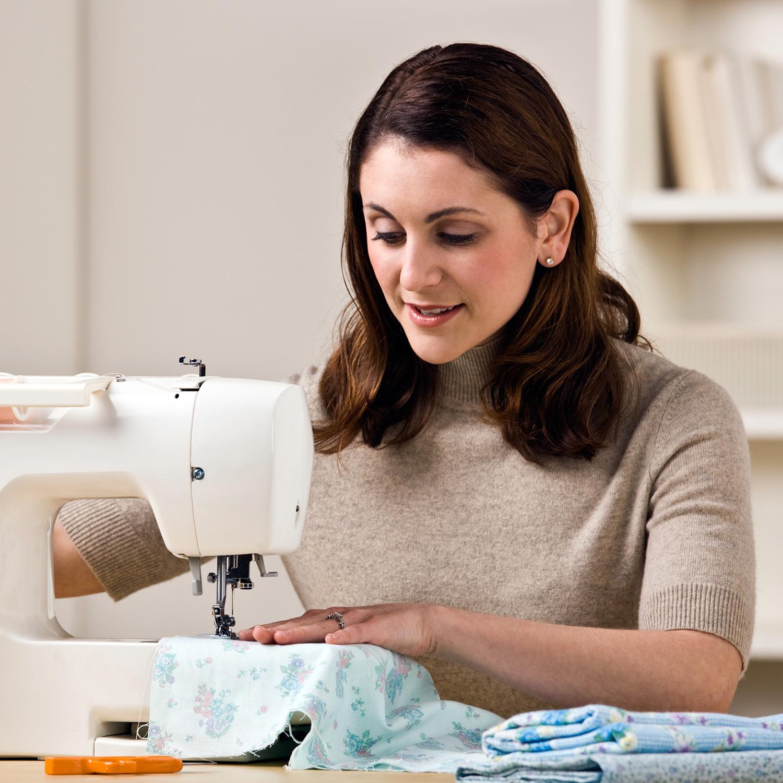 Risparmiare soldi confezionando vestiti e piccole riparazioni con le Migliori macchine per cucire