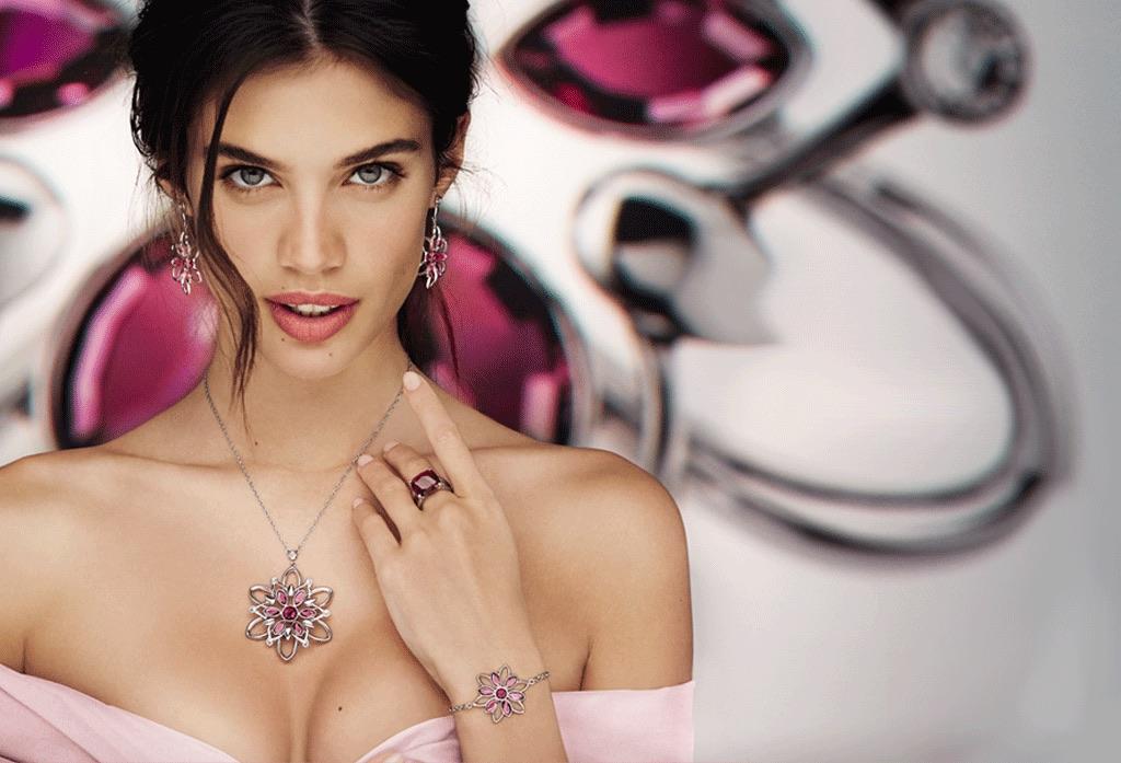 La donna elegante indossa le collane Morellato: guida alla convenienza