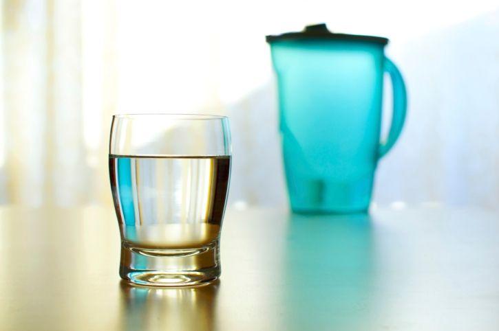 Risparmiare soldi e gudagnare in salute con le caraffe filtranti e brocche per depurare l'acqua