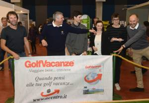 20160228 IGS I premiati della gara in una curiosa immagine davanti allo striscione dello sponsor Gianni Luni 300x208 - Italian Golf Show: i vincitori delle gare