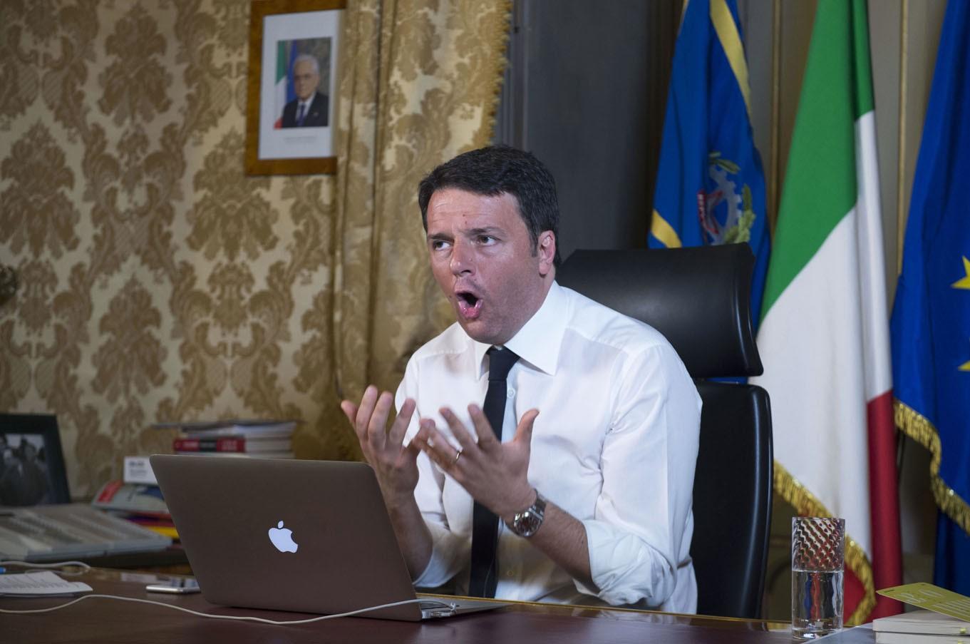 Matteo Renzi denunciato Codacons per pubblicita occulta ad Apple - #matteorisponde Matteo Renzi denunciato dal Codacons per pubblicità occulta ad Apple