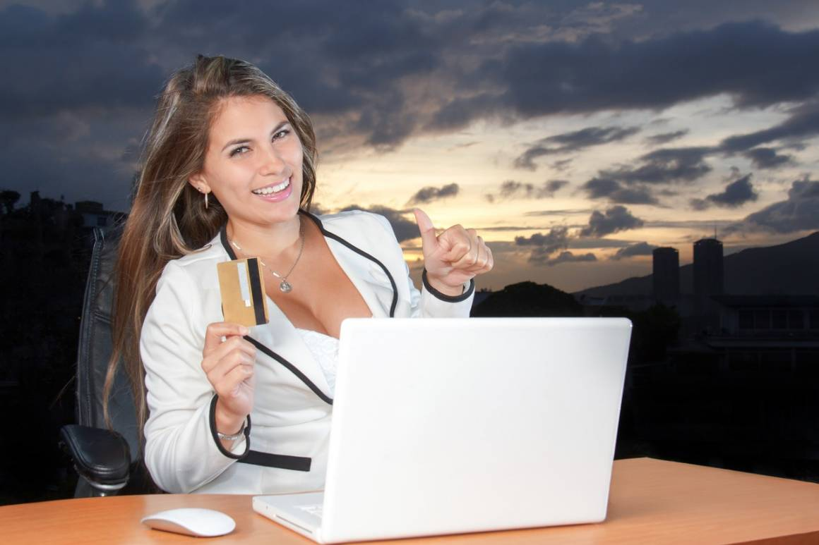 shopping on 1466616415 1160x773 - Gli italiani comprano online durante l'orario di lavoro