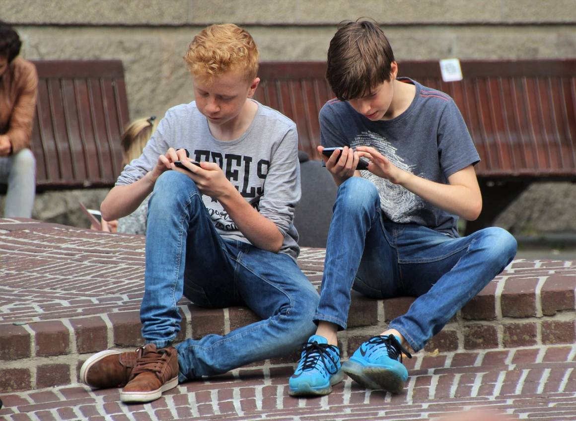 giocare con smartphone 1160x848 - I consigli su come scegliere il migliore Smartphone Economico per Giocare