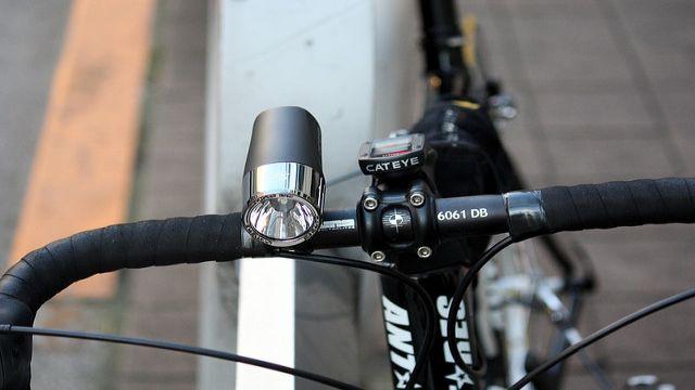 Ciclismo di notte in totale sicurezza con le migliori luci bici: ecco la guida completa