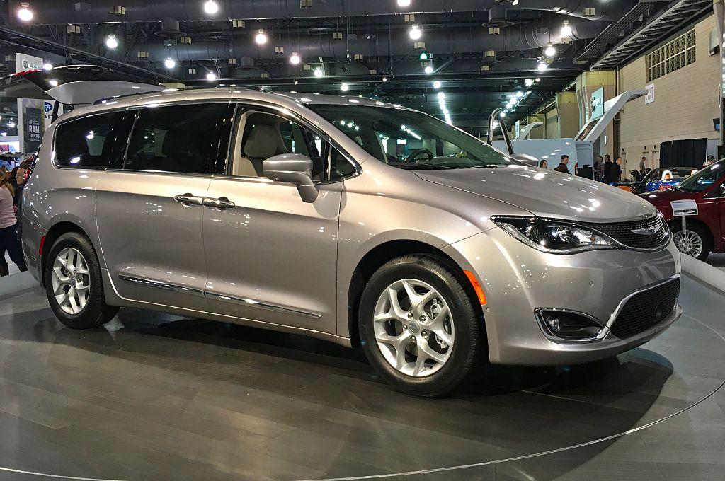 Si guida senza volante e conducente è Chrysler Pacifica