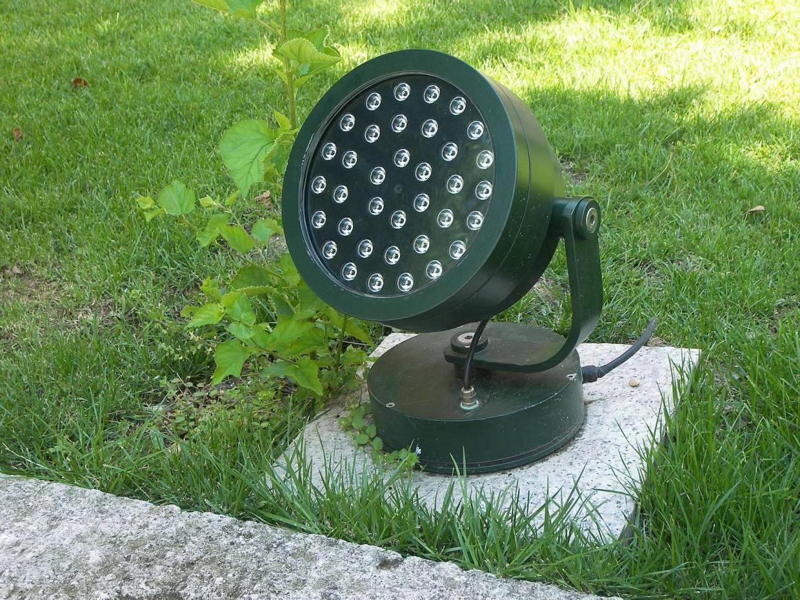 floodlight garden 1160x870 - Decora elegantemente il tuo giardino con le migliori luci per sentieri