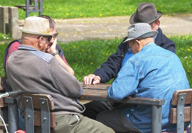 pensioners 3347948 640 - Vedere gli amici tutti i giorni? Una ricerca ci dà la risposta
