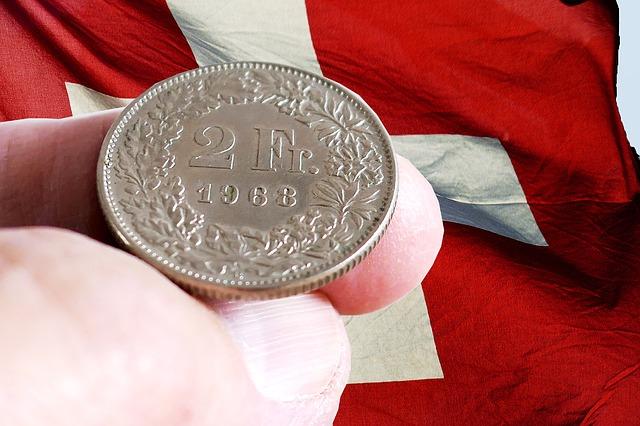 currency 3211407 640 - La Svizzera non solo ha i conti a posto, ma cresce fino al 2022