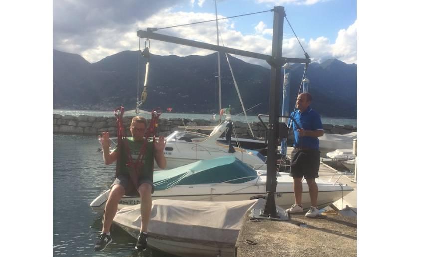 sollevatore2 - DiversamenteLago: sport e disabilità. Il Rotary offre a ragazzi disabili una crociera diurna sul Lago Maggiore