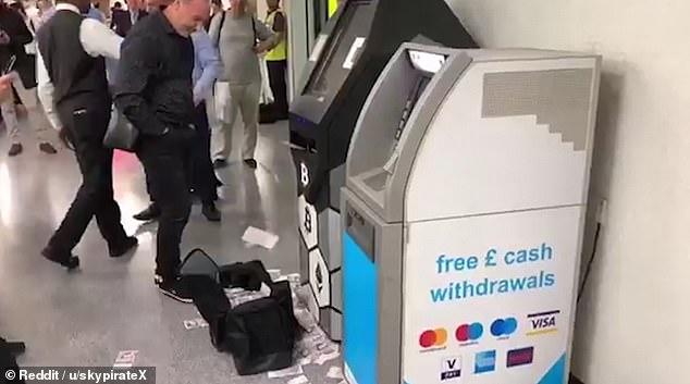Impazzisce un Bancomat di Bitcoin e sputa banconote in regalo ai passanti - [VIDEO]Impazzisce un Bancomat di Bitcoin e sputa banconote in regalo ai passanti.