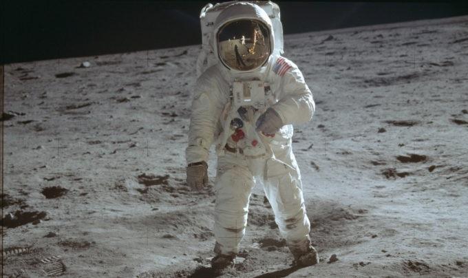 buzz aldrin apollo 11 680x680 - Cinquant'anni dopo. Obiettivi Zeiss fatti su misura per la Luna