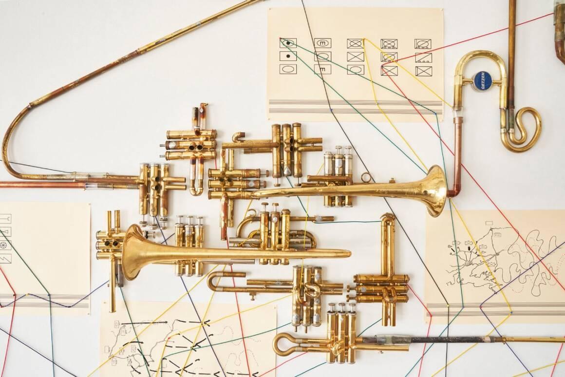 trombe2 1160x774 - Corni di ottone montati su sculture interattive
