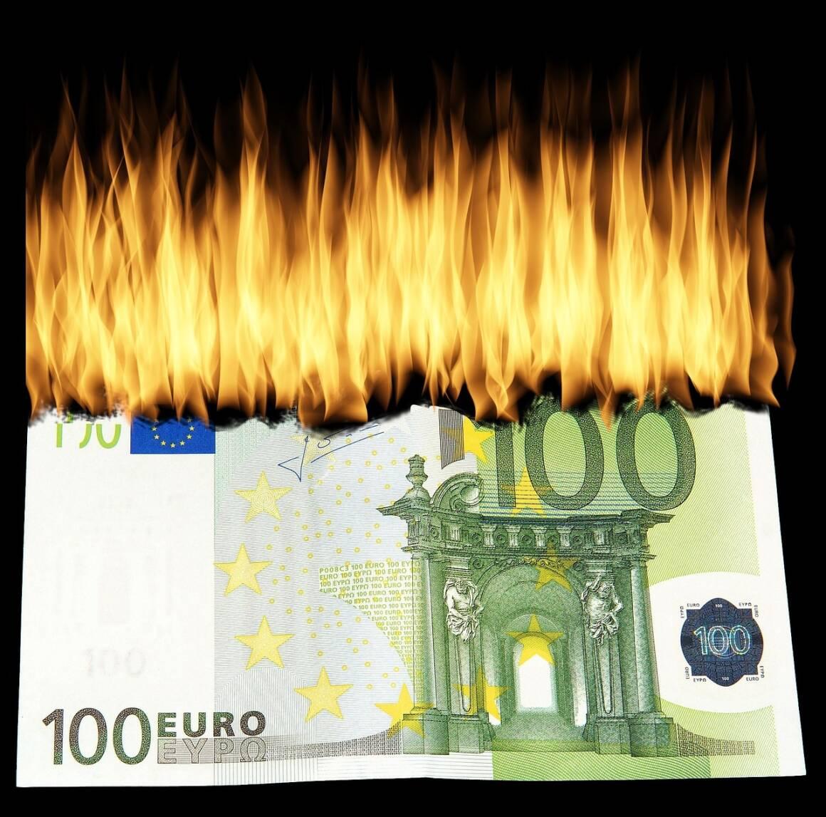 """burn money 1463224 1280 1160x1147 - Economia. La sciocchezza del """"facciamo da soli"""" e torniamo alla lira"""